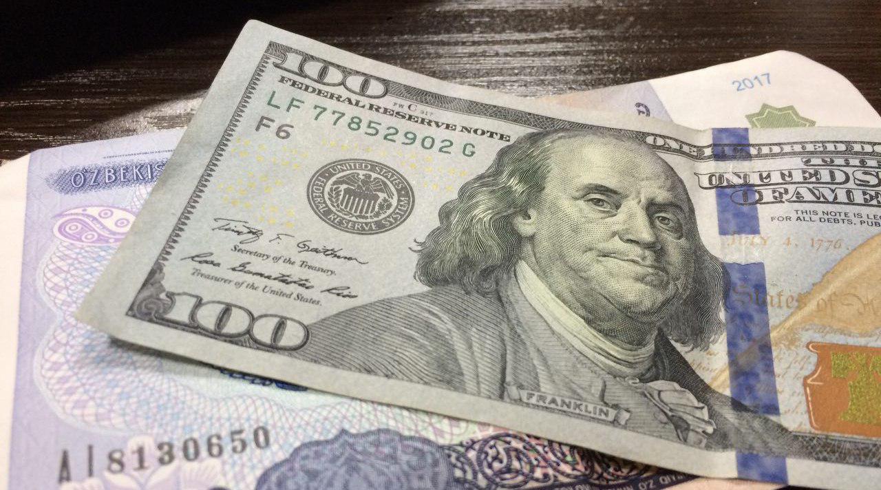 Курс доллара наМосковской бирже снизился до56,86 руб